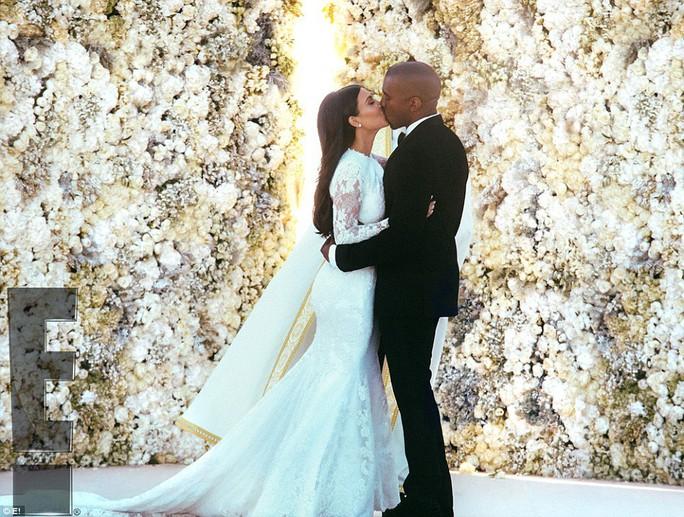 Cô dâu chú rể trao nhau nụ hôn say đắm