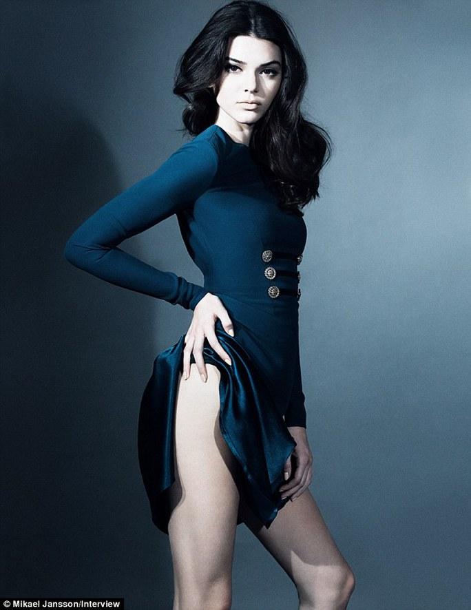 """Người đẹp Kendall Jenner """"ngực trần"""" trên tạp chí"""