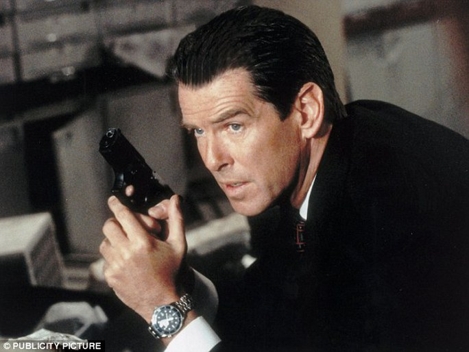 Diễn viên Pierce Brosnan đeo đồng hồ Omega Seamaster trong một bộ phim về điệp viên ames Bond 007. Ảnh: Daily Mail