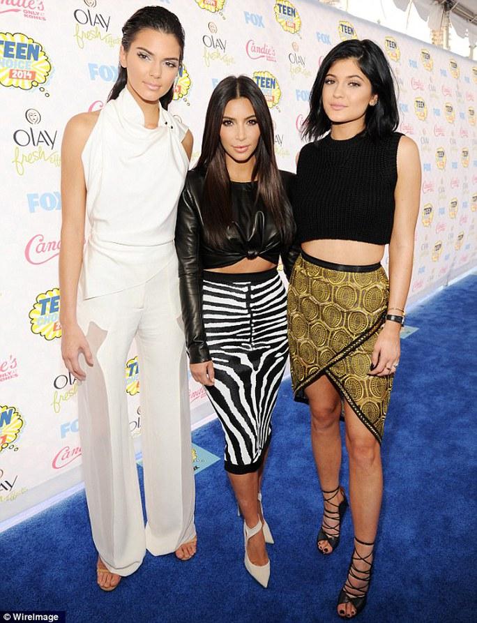 Từ trái sang phải: Kendall Jenner, Kim Kardashian, Kylie Jenner