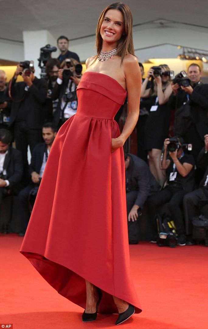 Alessandra Ambrosio xinh đẹp trên thảm đỏ