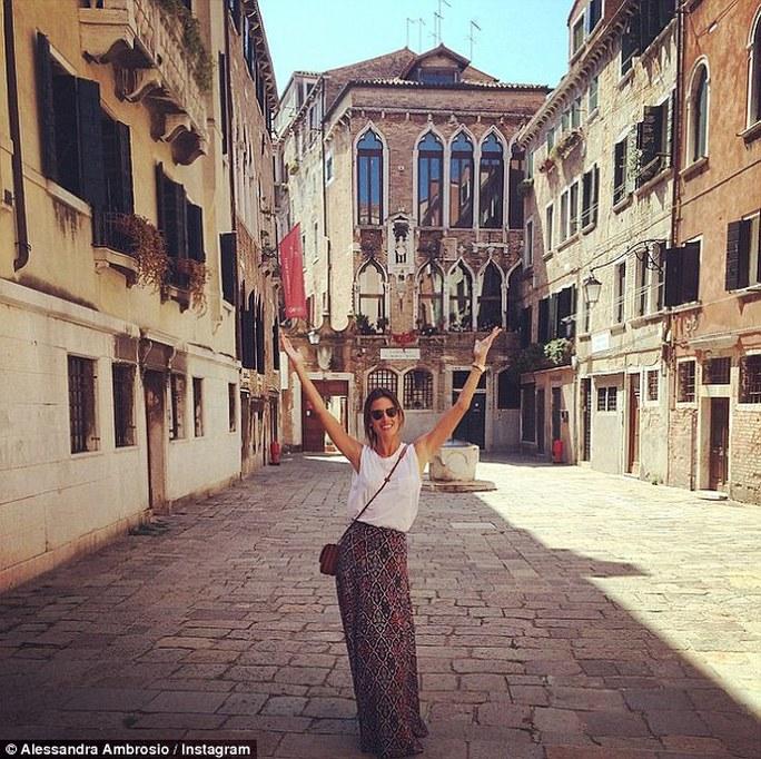 """""""Thiên thần"""" Alessandra Ambrosio đỏ rực tại Venice"""