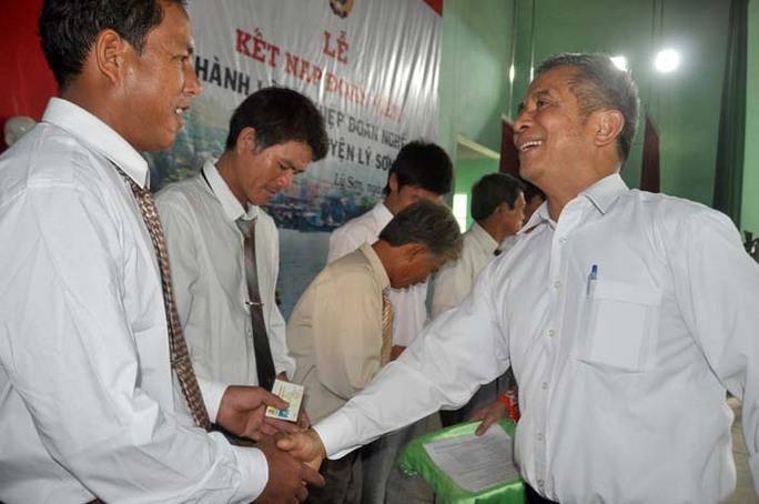 Chủ tịch Tổng LD9LD9VN Đặng Ngọc Tùng trao thẻ đoàn viên nghiệp đoàn cho ngư dân huyện đảo Lý Sơn
