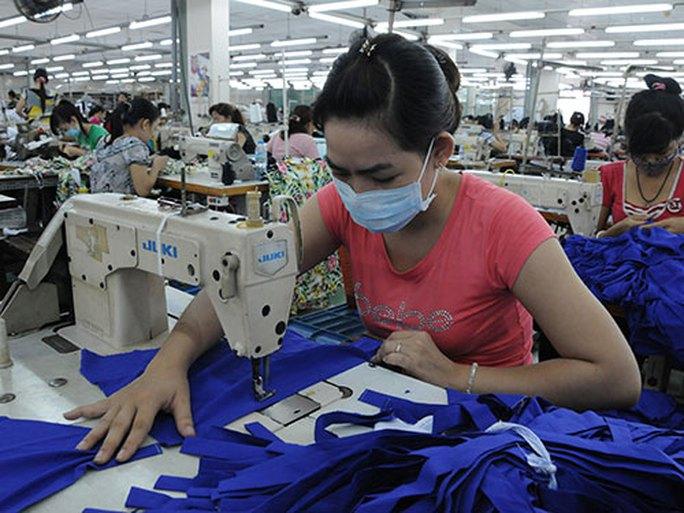 Hàng triệu công nhân dệt may sống lay lắt vì lương thấp - Ảnh 1.