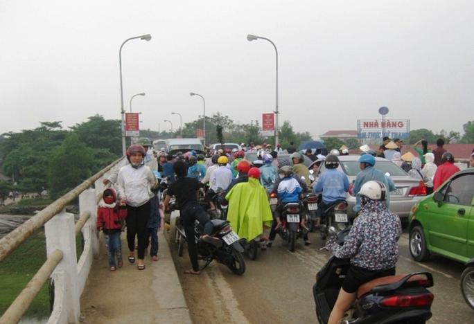 Người dân hiếu kỳ đứng xem vụ tai nạn khiến giao thông qua cầu Vạn Hà tắc nghẽn nghiêm trọng