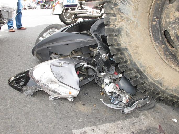 Bánh xe cẩu nghiền nát một chiếc xe gắn máy