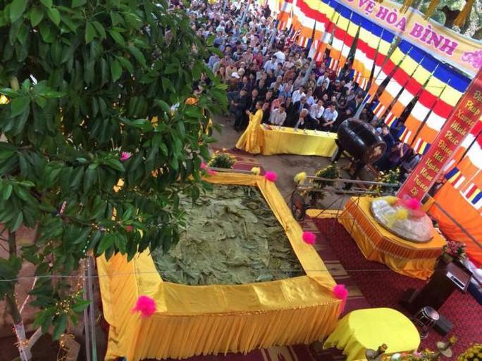 Chiếc bánh chưng lớn nhất Việt Nam nặng 4,3 tấn và chiếc bánh dày nặng 5 tạ đã chính thức ra mắt tại lễ hội đền Mẫu Tổ Âu Cơ