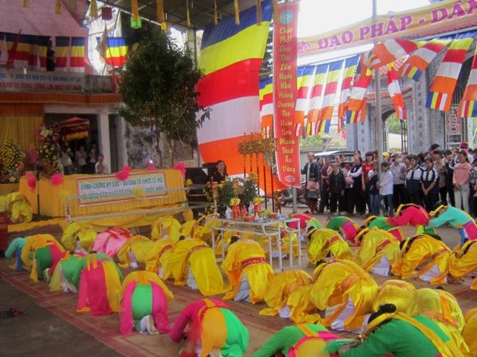 Không chỉ được chiêm ngưỡng chiếc bánh chưng lớn nhất Việt Nam, du khách còn được thưởng thức màn tế lễ dâng hương truyền thống