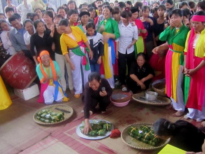 Ngoài việc chiêm ngưỡng những kỷ lục của Việt Nam, trong khuôn khổ lễ hội còn tổ chức  thi gói bánh chưng giữa các làng Cao Xá, Phượng Hoàng, Đông Hạ. Mỗi làng sẽ được chia ra làm 3 đội, trong thời gian 30 phút đội nào làm được nhiều bánh hơn và đẹp hơn sẽ thắng