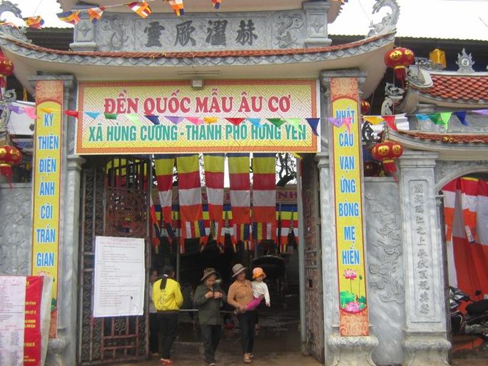 Cổng đền mới được phục dựng