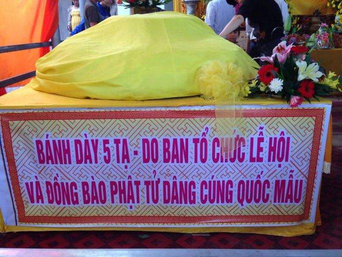 Bánh dày 5 tạ của Ban tổ chức lễ hội và phật tử dâng cúng Mẫu Tổ