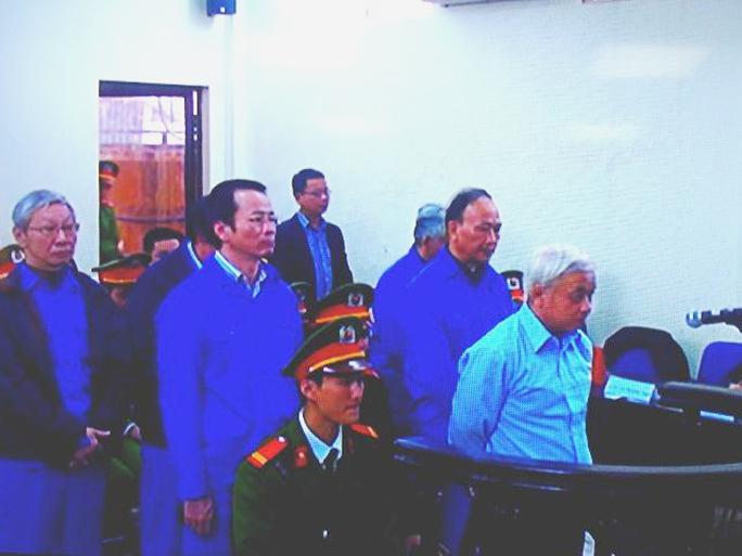 Nguyễn Đức Kiên (áo sơ mi sáng màu) cùng các bị cáo nghe toà tuyên án - Ảnh chụp qua màn hình