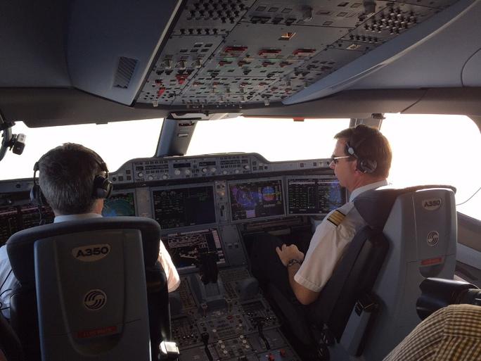 Đội bay trình diễn A350 XWB gồm 5 chiếc với nhiều phi công. Khác với các chuyến bay thông thường, cabin của chuyến bay này được mở cửa cho phóng viên ghi hình trong lúc bay bằng. Các phi công tỏ ra rất thân thiện với hành khách