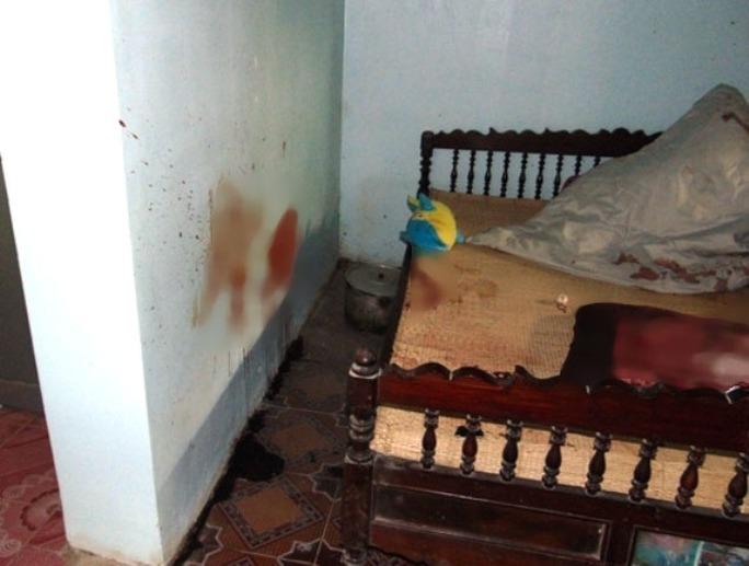 Chiếc gối và bức tường trong nhà đẫm vết máu của nạn nhân