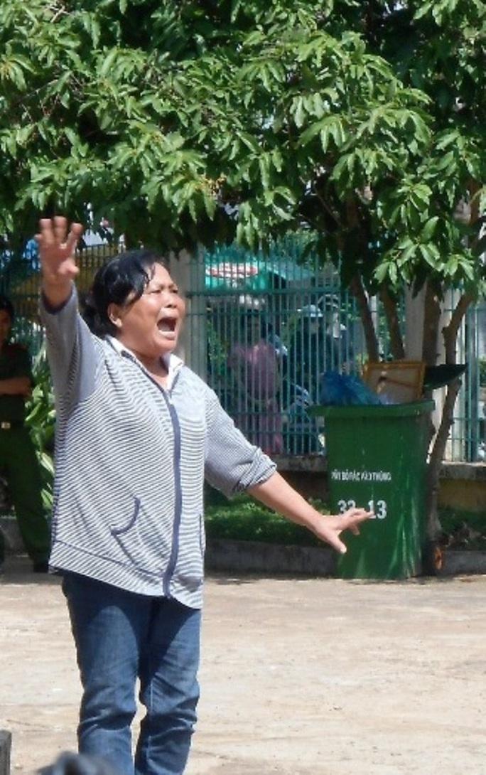 Chị ruột bị cáo Huệ la lối sau khi HĐXX TAND tỉnh Bình Phước hoãn phiên tòa.