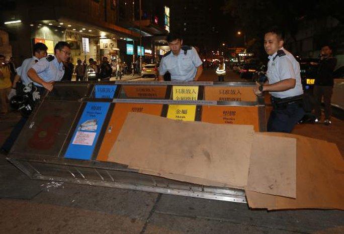 Cảnh sát dọn dẹp hàng rào của người biểu tình. Ảnh: Reuters