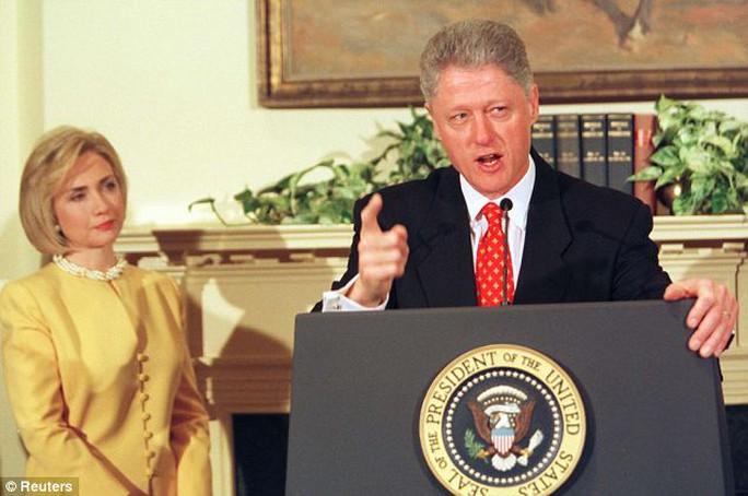 Bà Hillary với khuôn mặt như hóa đá tại buổi họp báo mà ông Bill tuyên bố: Tôi không có quan hệ tình cảm với người phụ nữ đó. Ảnh: Reuters