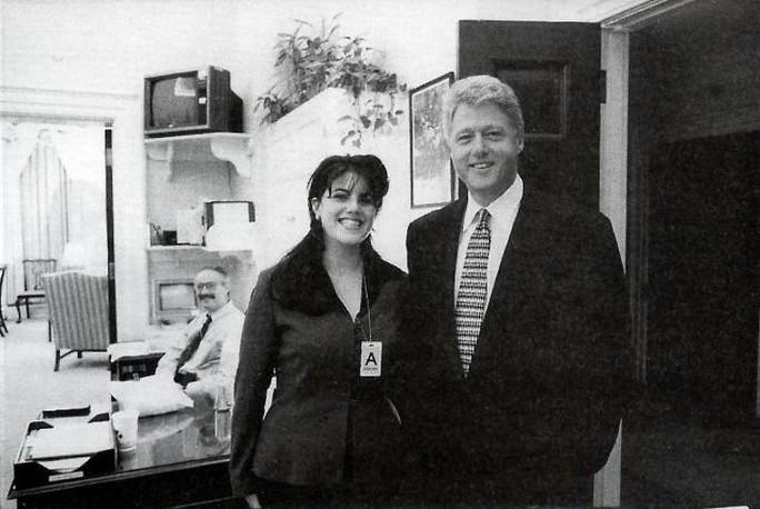 Tấm ảnh chính thức của Nhà Trắng chụp ông Bill Clinton và Monica Lewinsky vào ngày 17-11-1995. Ảnh: AP