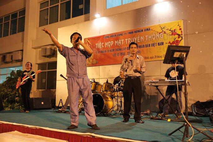 Các cựu chiến binh Công ty Hong Ik Vina biểu diễn văn nghệ tại  buổi họp mặt