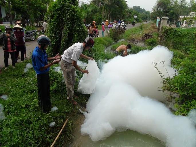 Cán bộ môi trường lấy mẫu xét nghiệm