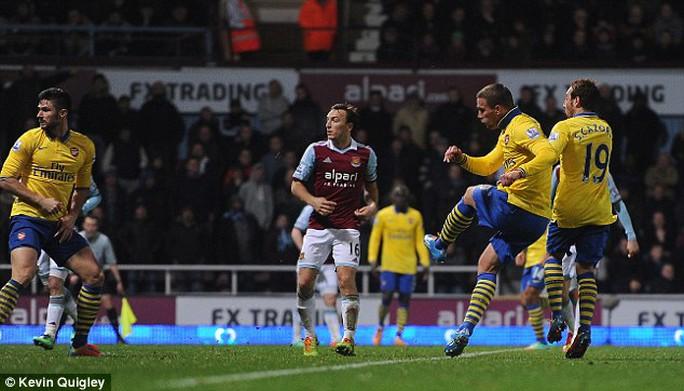 Podolski ghi bàn giúp Arsenal đánh bại West Ham trong ngày Boxing Day mùa trước