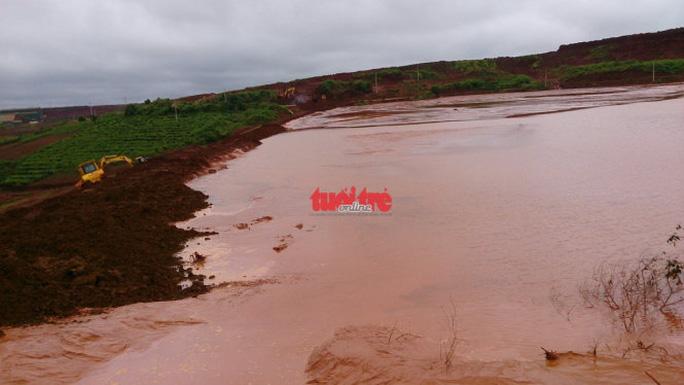 Mặt đập hồ thải quặng đuôi số 5 được gia cố thêm đất để ngăn bùn đỏ tràn ra ngoài