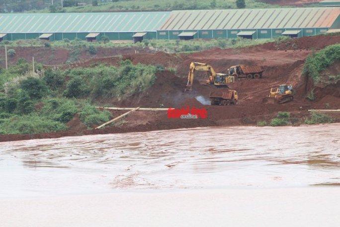 Nhiều xe cơ giới được huy động để khắc phục tình trạng tràn bùn đỏ
