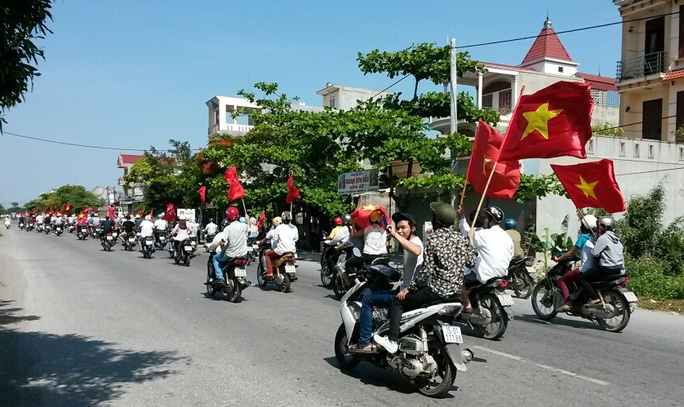 Các thanh niên mang theo cờ Tổ quốc, phản đối Trung Quốc đặt giàn khoan trong vùng biển của Việt Nam