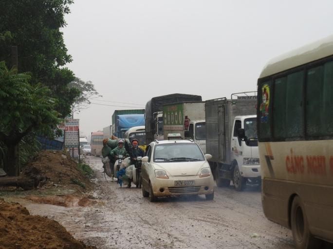 Đường lầy lội, cộng với tuyến đường đang thi công dang dở cũng góp phần tạo nên cảnh ùn tắc