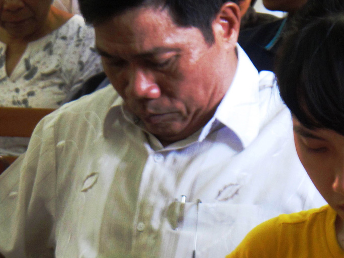 Ông Lê Đức Hoàn cúi đầu khi nghe luật sư bào chữa cho bị hại buộc tội tại phiên tòa phúc thẩm trước đây