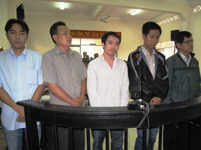 5 bị cáo nguyên là cán bộ công an bị buộc tội dùng nhục hình tại phiên tòa sơ thẩm lần 1