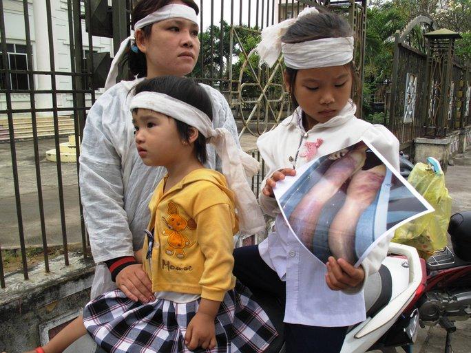 Chị Trần Thị Tâm (vợ Kiều) cùng 2 con tại phiên tòa sơ thẩm lần 1