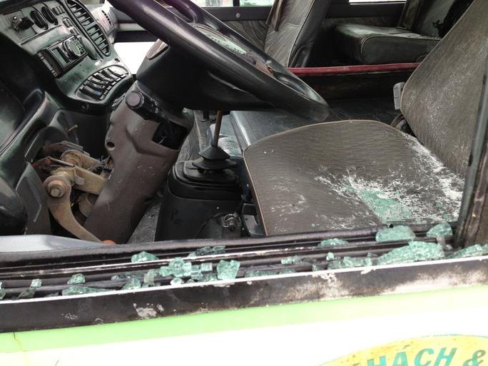 Bên trong xe khách cũng bị hư hỏng do cháy