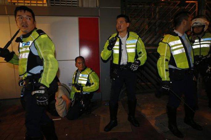 Bị đàn áp, người biểu tình Hồng Kông xung đột dữ dội với cảnh sát