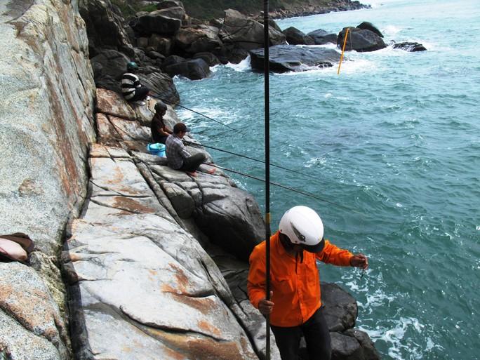 Vách đá dựng đứng ở Gành Lồ Ồ, nơi tưởng chừng như treo mình để câu cá
