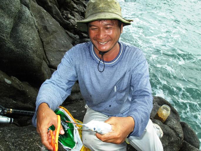 Năm Râu trong niềm vui khi câu được một con cá giò lớn