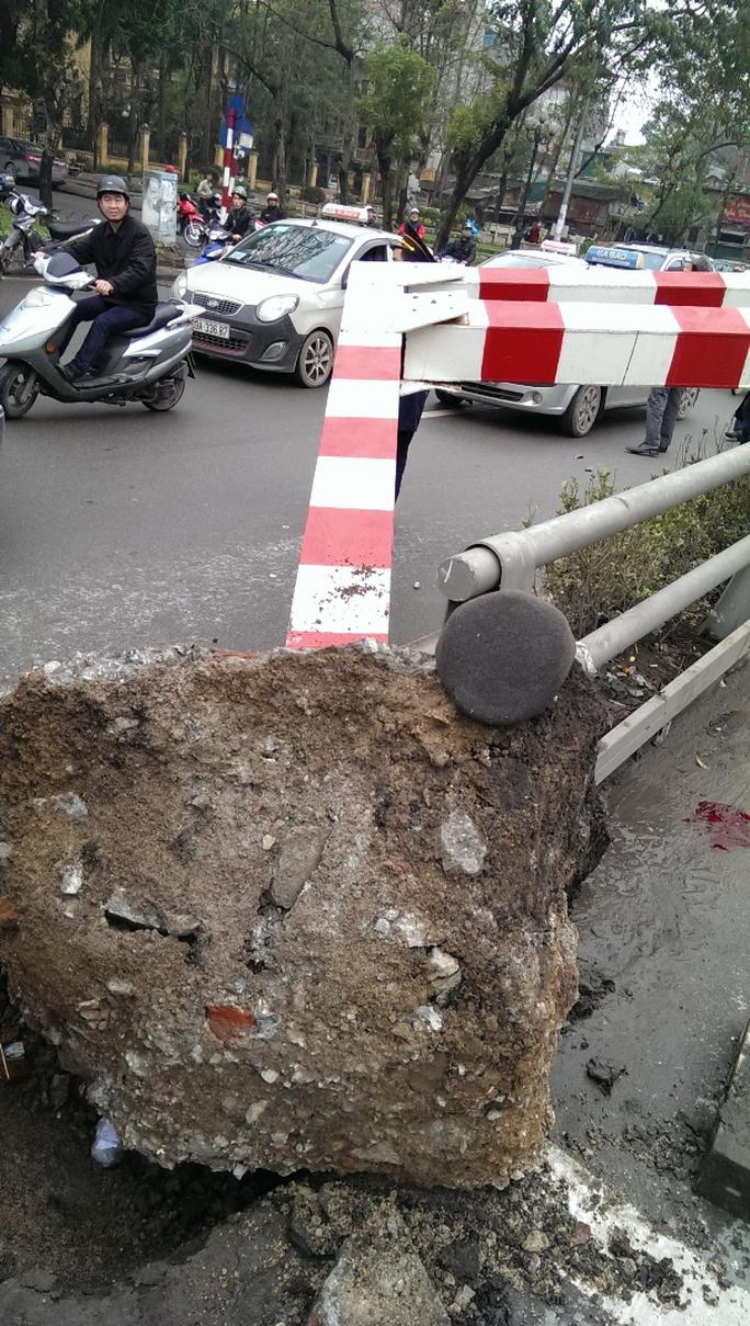 Chân đế cổng cầu vượt bằng bê tông cốt thép bật lên khỏi đất, nằm chỏng chơ