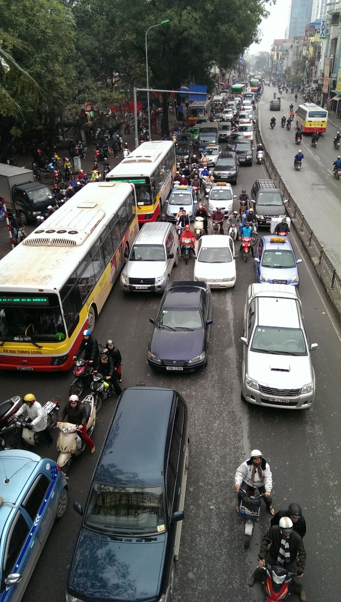 Vụ tai nạn xảy ra khiến đường Tây Sơn ùn tắc nhiều km theo chiều về Ngã Tư Sở.