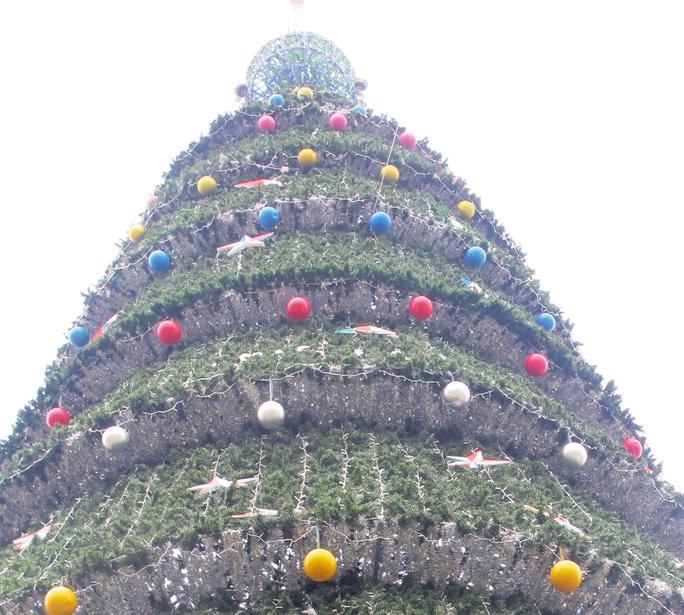 Phần ngộn cây thông được gắn hàng ngàn ngôi sao, quả bóng nhỏ.