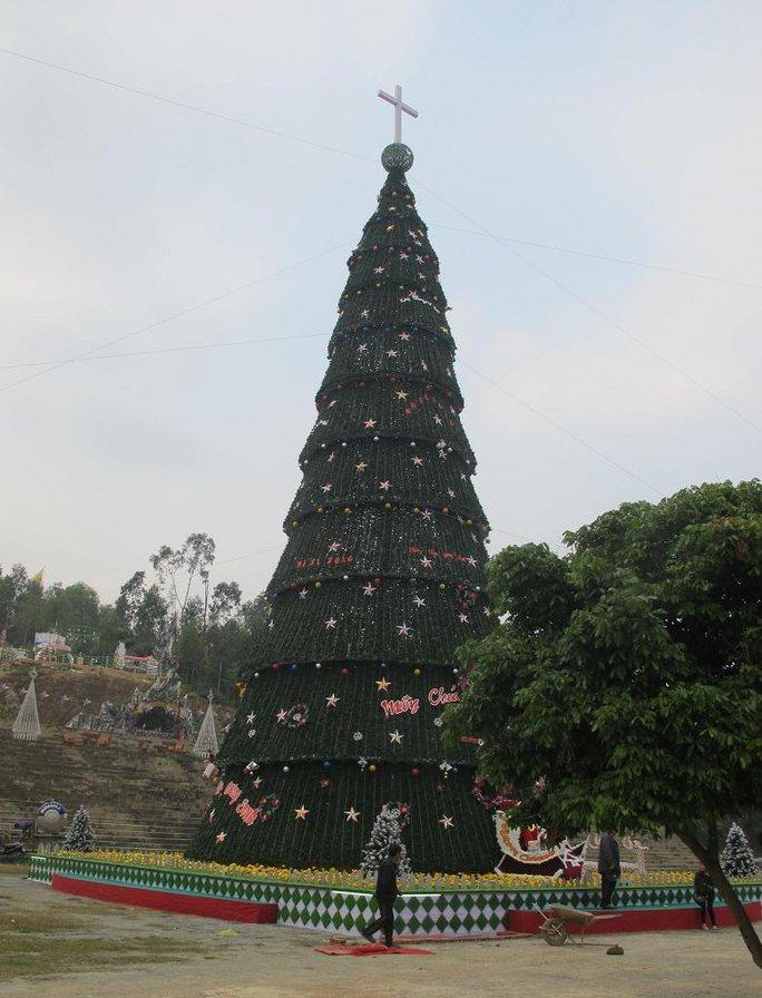 Trên cây thông được gắn 2.000 dây đèn nháy trang trí.
