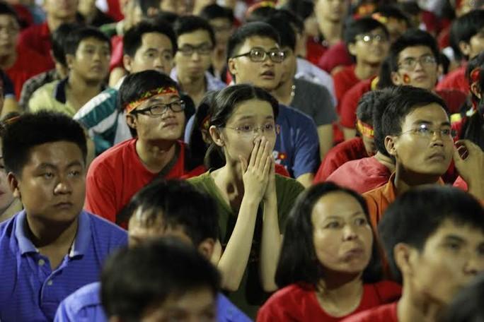 CĐV TP HCM khóc vì đội tuyển Việt Nam