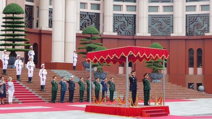 Lễ đón tiếp được diễn ra trọng thể tại trụ sở Bộ Quốc phòng. Ảnh: Nghi thức chào cờ