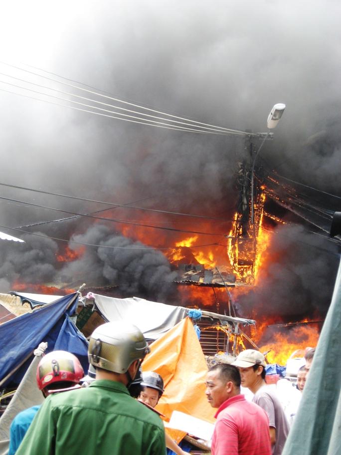 Đám cháy bùng phát dữ dội ở chợ thị xã Sông Cầu (Phú Yên)