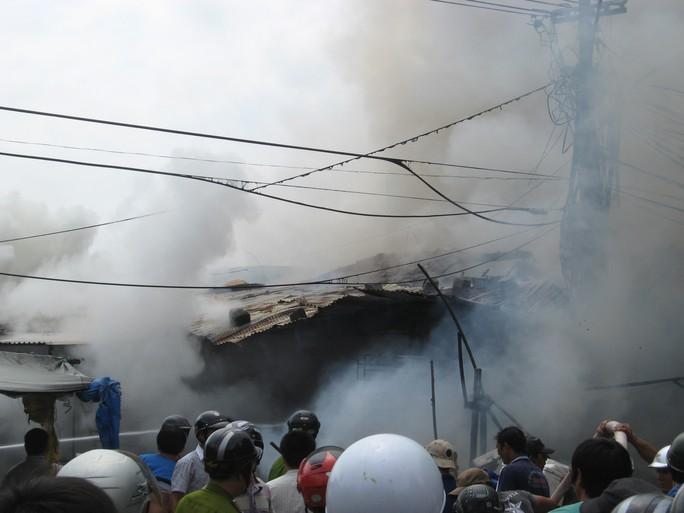 Rất đông người dân tham gia chữa cháy