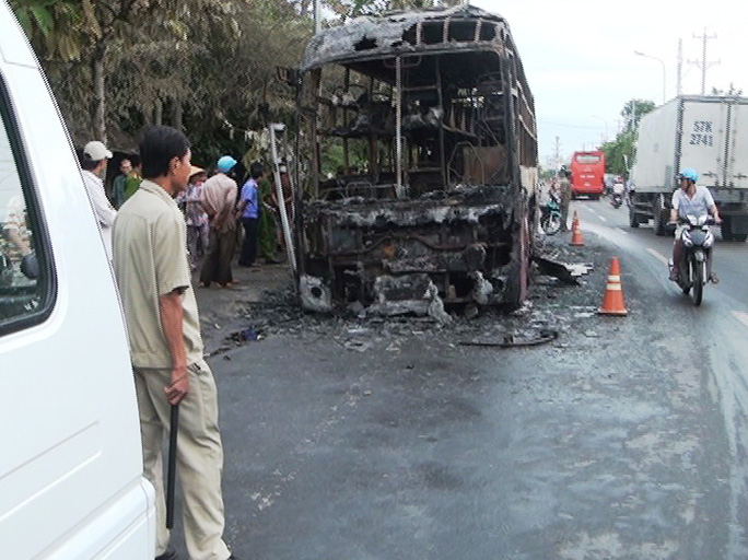 Chiếc xe chở khách bị cháy rụi giữa đêm khuya