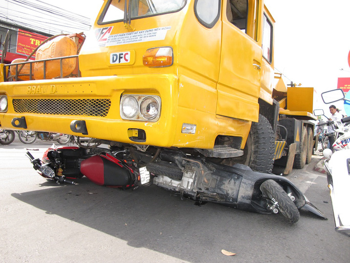 Chiếc xe cẩu chỉ dừng lại khi bánh xe bị kẹt bởi hàng loạt xe gắn máy