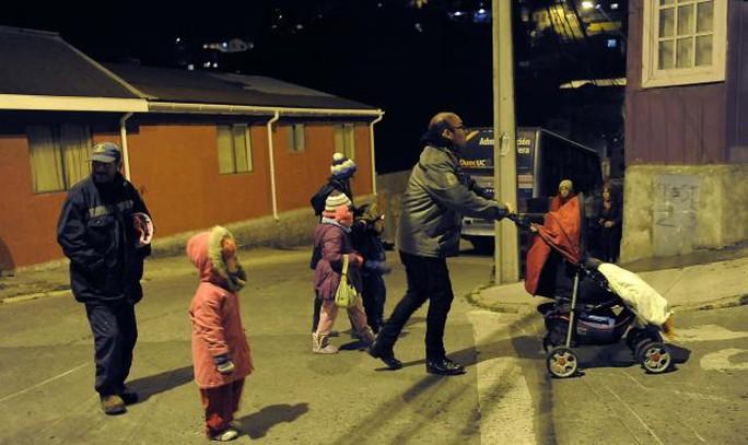 Người dân di chuyển lên vùng đất cao hơn sau cảnh báo sóng thần ở Talcahuano,  thành phố năm trên bờ biển phía Nam Chile. Ảnh: Reuters