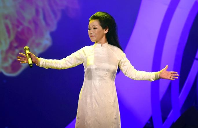 Sau khi màn hình chiếu cảnh Khánh Ly hát vo ca khúc Diễm xưa, nữ ca sỹ xuất hiện trên sân khấu với chiếc áo dài trắng gợi nhớ về một thời nữ hoàng chân đất cất cao giọng hát theo tiếng đệm guitar mộc mạc của người nhạc sĩ họ Trịnh trong Quán Văn từ những năm 60 của thế kỷ trước.