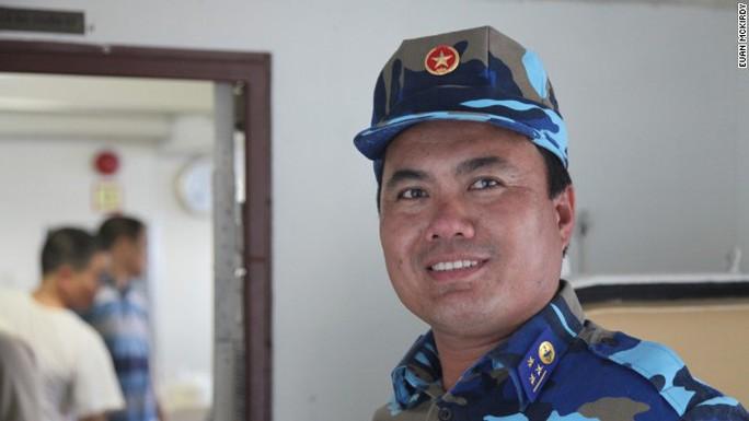 Thượng úy Bùi Văn Sơn làm việc trên tàu 8003