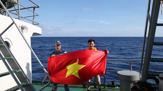 Tình yêu nước của một chiến sĩ Cảnh sát Biển và một phóng viên Việt Nam